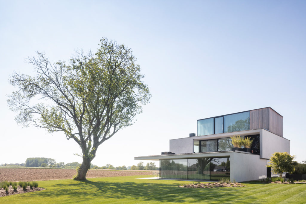 Moderne villa in crepi betonlook achtergevel in glas Govaert Vanhoutte architect by ABS Bouwteam in Oosterzele